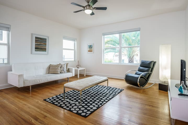 Ocean side 2 bedrooms apartment in Miami Beach #F