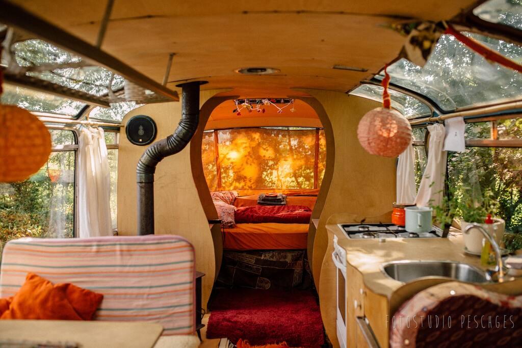 Esstisch, Küche und Blick aufs Bett