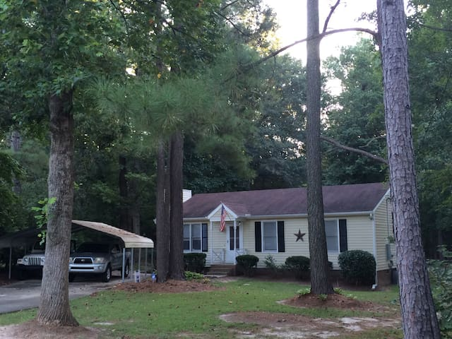 Private room with a fenced in back yard for pups! - Knightdale - Casa