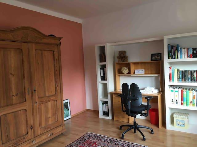 Privatzimmer in gemütlicher, heller Wohnung