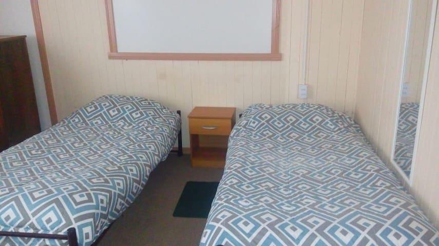 Habitación con tres camas 1