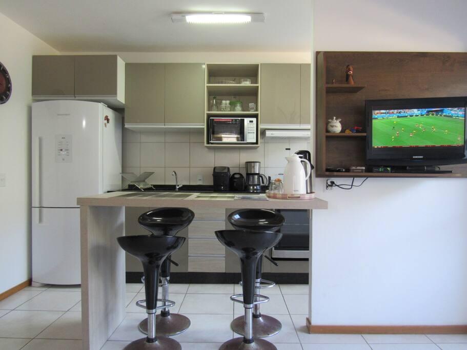 Bancada 4 lugares/ TV (parabólica) e cozinha completa