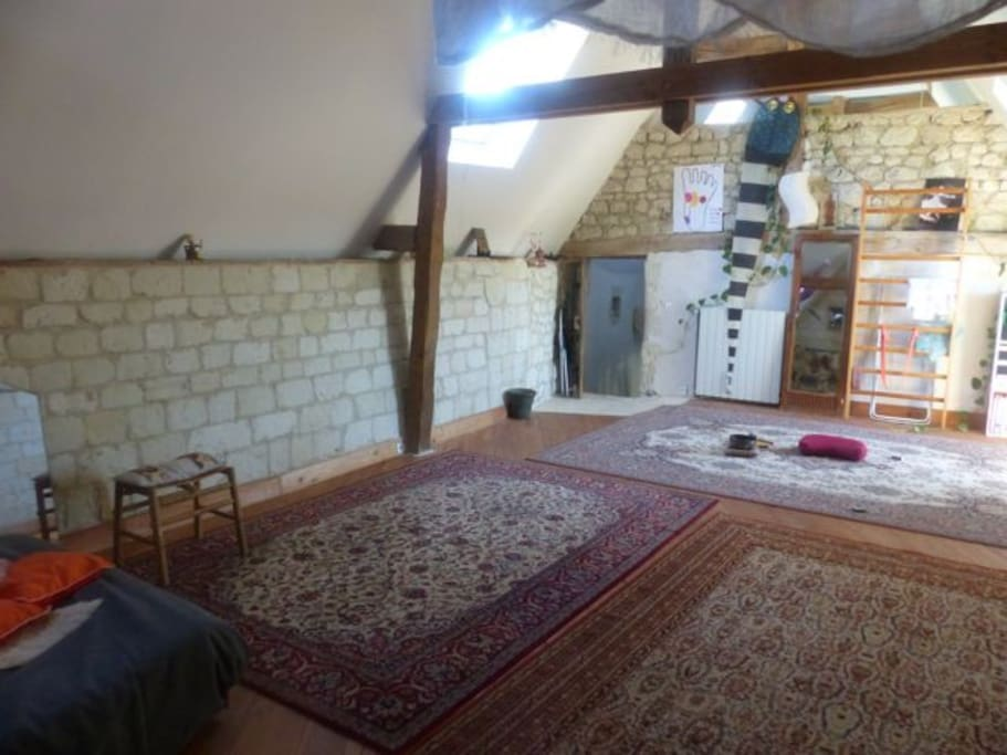 2ème étage: grande chambre avec un lit double et possibilité de mettre des matelas