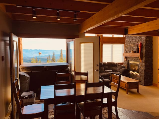 Upscale Chalet, 2BR + Loft - Ski in/out