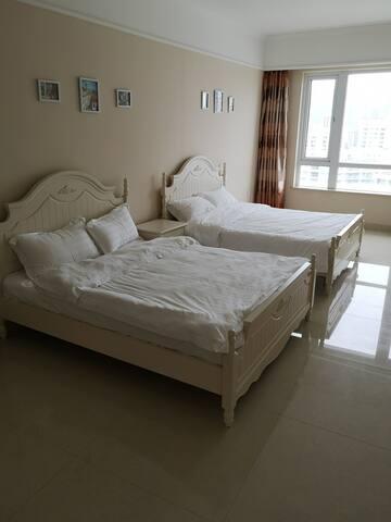 客厅里两张1.5米大床