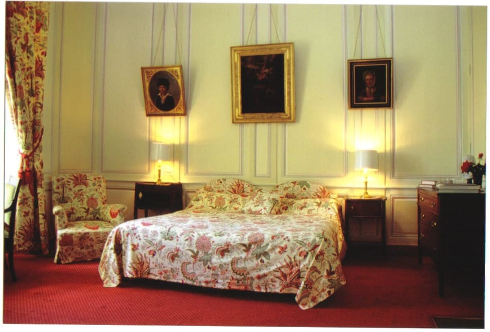 Chambre louis xvi castles for rent in colombieres basse for Chambre louis xvi