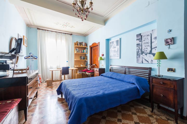 A double-room in the nicest street - Bologna - Haus