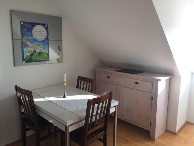 Schönes DG-Zimmer mit Kochnische und eigenem Bad