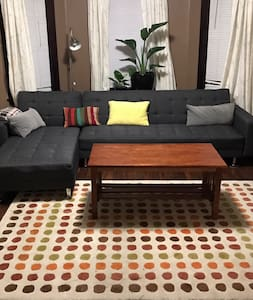 Clean & Spacious 2 bedroom Near Downtown