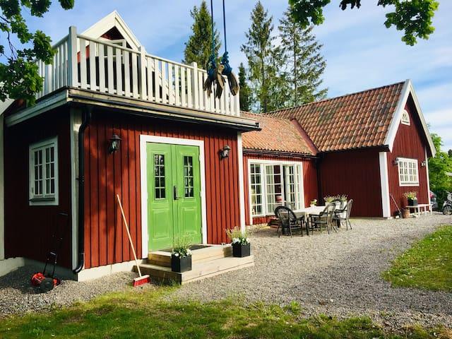 Vackert hus med stor trädgård nära kommunikationer