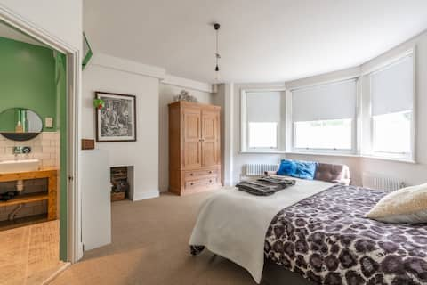 Gorgeous 2 bedroom Flat in tree-lined street