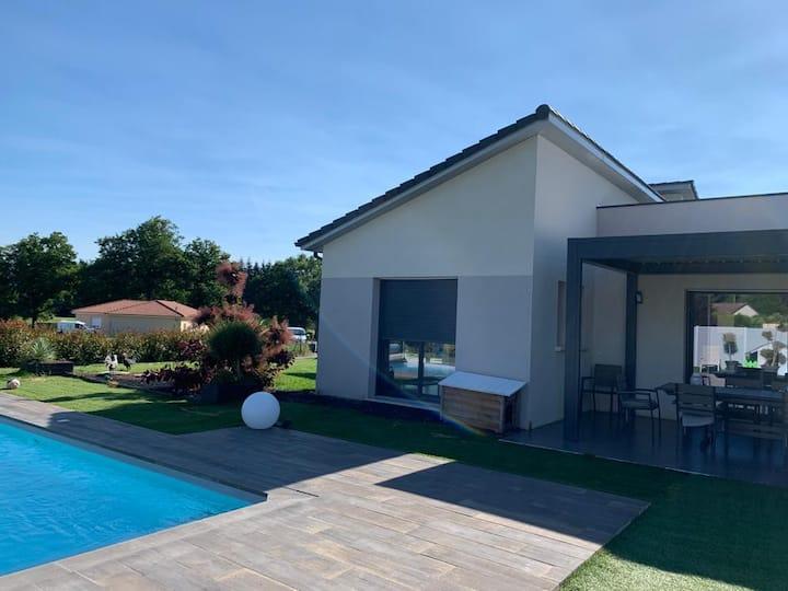 Maison moderne avec piscine à la campagne