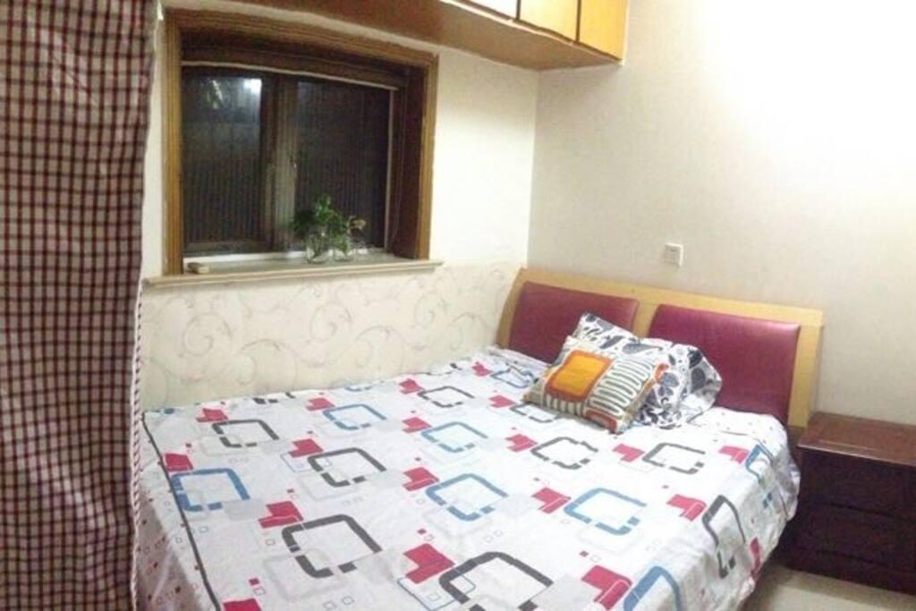 卧室,1.5米的床,床头柜一个,衣柜一个。空间很紧凑。