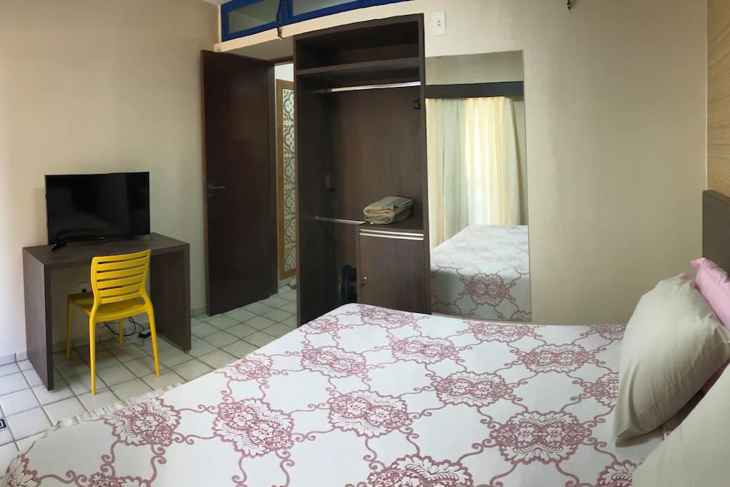 Duas camas de solteiro formam uma espaçosa e confortável cama king. O quarto dispõe de ar-condicionado, TV, mesa de trabalho e guarda-roupa.   Dos camas individuales forman una espaciosa y cómoda cama king. La habitación dispone de aire acondicionado, TV, mesa de trabajo y armario.