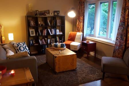 Cozy and Quiet Bedroom Convenient Location - 滑铁卢 - 连栋住宅