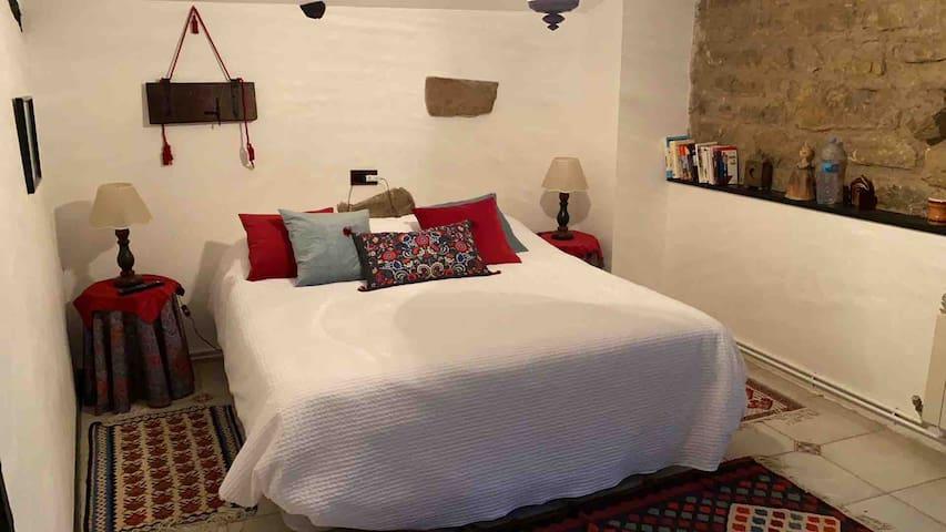 Habitación doble con gran cama y ventana.
