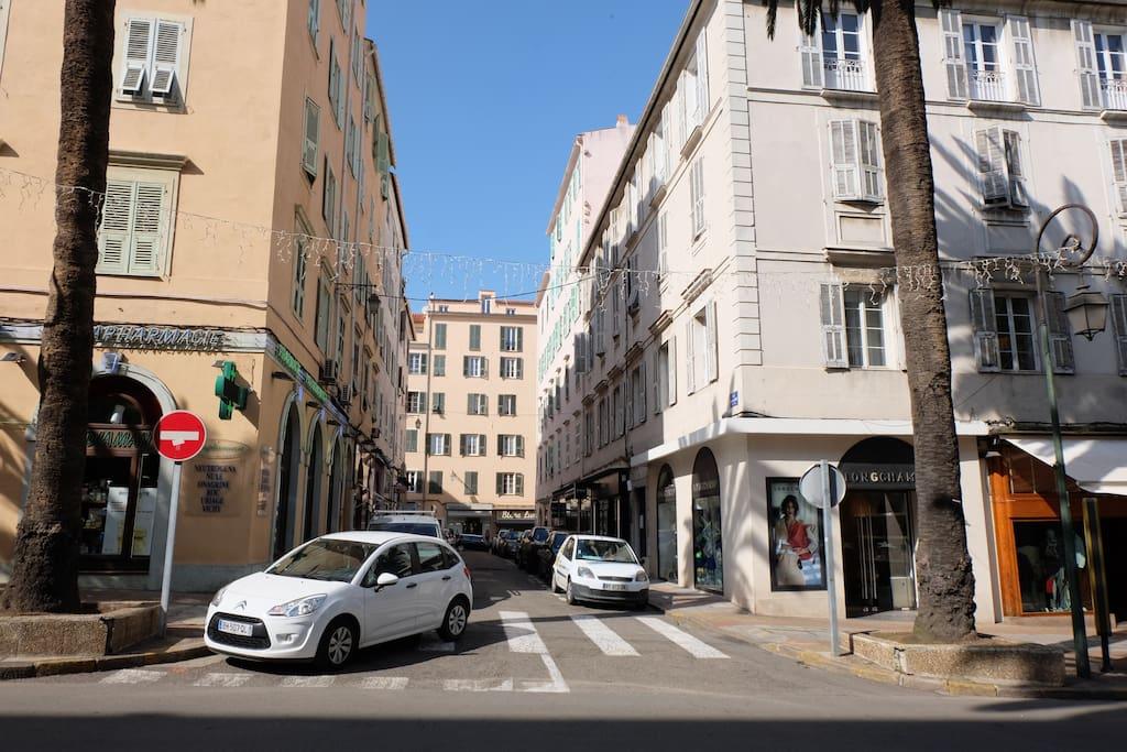 L'immeuble, premier portail à droite