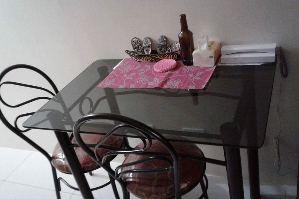 Dining table with free use of utensils
