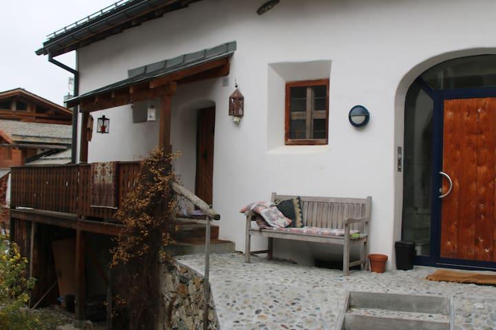 650-jähriges Engadinerhaus - Silvaplana - Talo