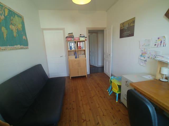 Chambre 5/salle de jeux avec un canapé convertible 140×190. Nombreux jeux pour enfants.