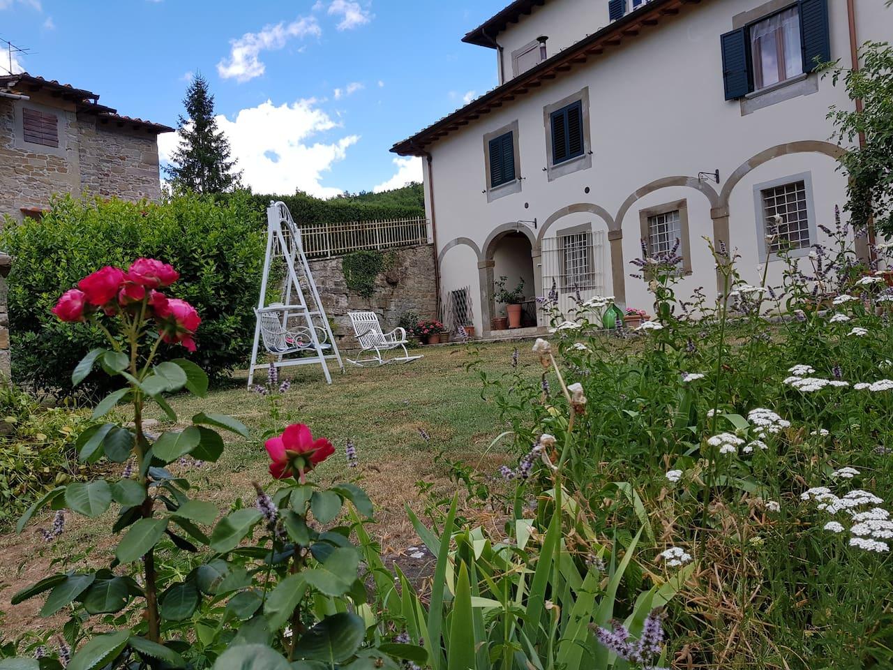 Un angolo della villa visto dal giardino