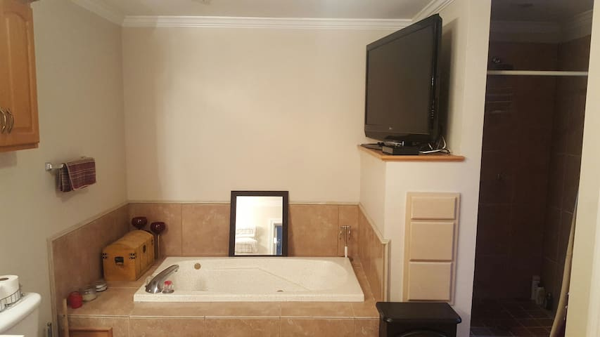 Flat screen for your entertainment while you enjoy the jacuzzi tub
