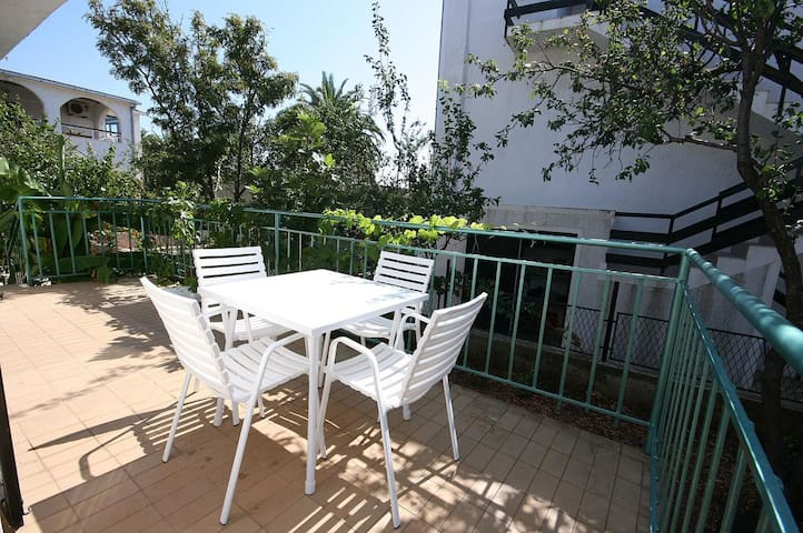 One bedroom apartment near beach Rogoznica (A-4660-b)