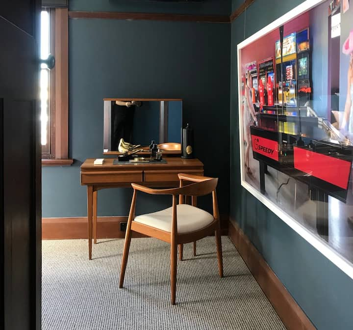 RUPERT Apt 1 - Art Filled Trendy Abode