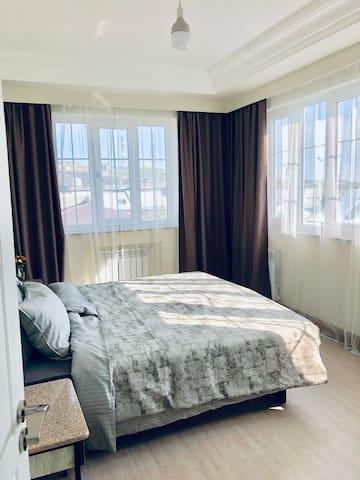 Спальня-1, с раздвижной двуспальной кроватью и гардеробной комнатой. (Master badroom)