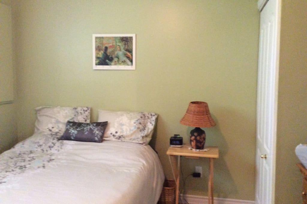 Chambre à coucher 1 lit  queen.Air climatisé inséré au niveau de la fenêtre.