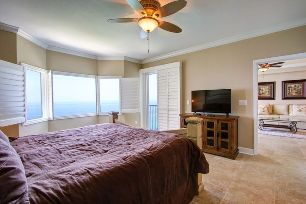 Flat screen TV, ceramic tile floors and ceiling fan