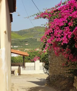 Original stone cottage, beach 4km, WIFI, max7p