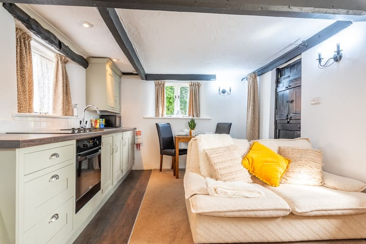 Picturesque Plough Cottage, (dogs welcome)