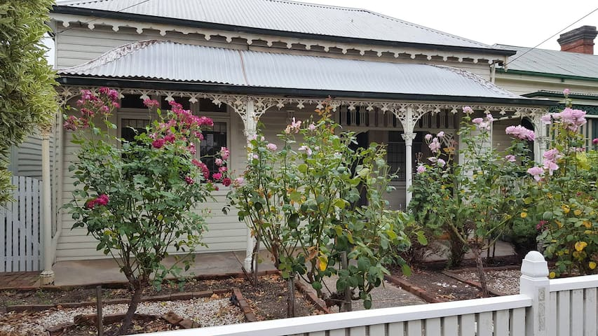 Cosy Cottage with spa on Mair St - Ballarat Central - Rumah