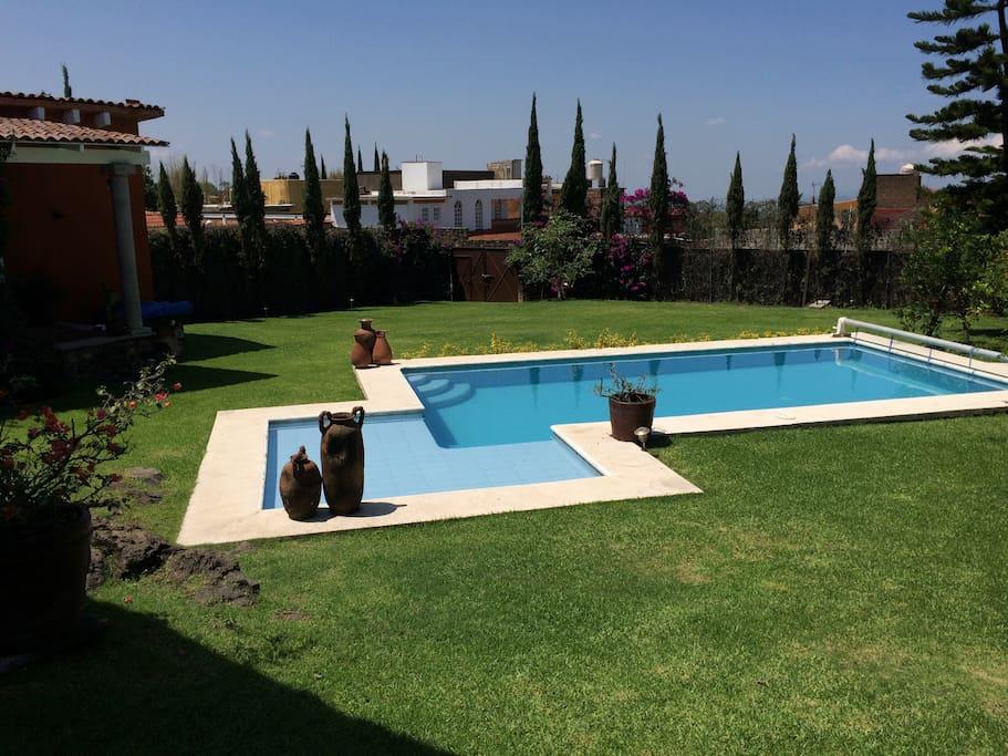 Casa de descanso jard n y alberca casas en alquiler en for Alquiler de casas con piscina privada que admiten perros