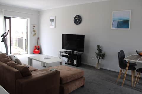 Quiet sunny room in Hobsonville