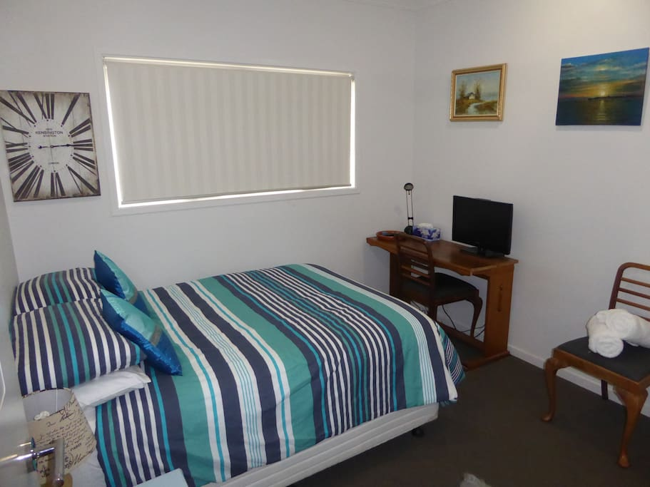 Peaceful double room, with desk, reading lamp and TV.
