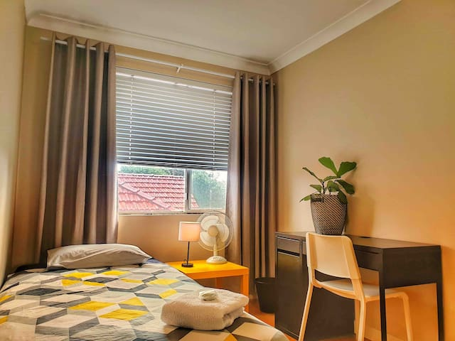 Private room close to City, cafes, trains, airport