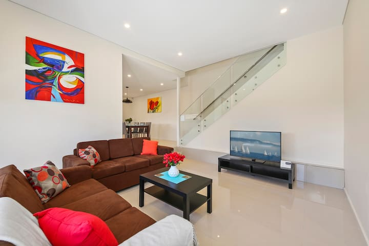 PRINCES VILLA 67A - SYDNEY Close to CBD, Sleeps 10 - Guildford West - Hus