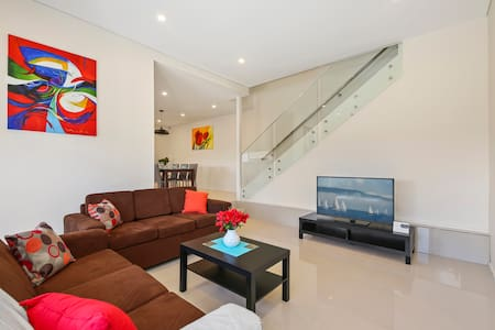 PRINCES VILLA 67A - SYDNEY Close to CBD, Sleeps 10 - Guildford West - Haus