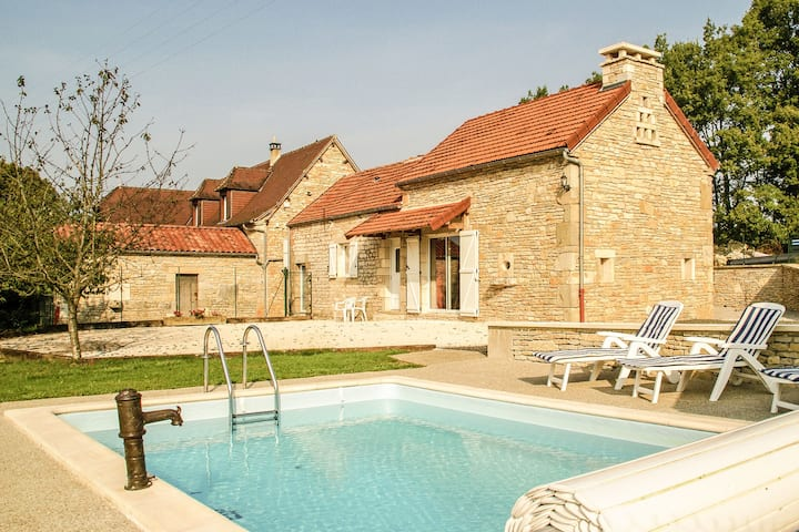 Beautiful Holiday Home in Cressensac with Swimming Pool