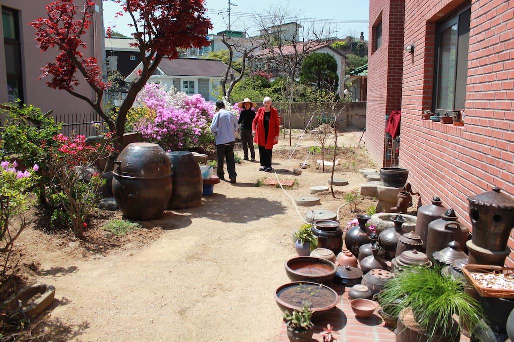 건물앞 마당과 정원