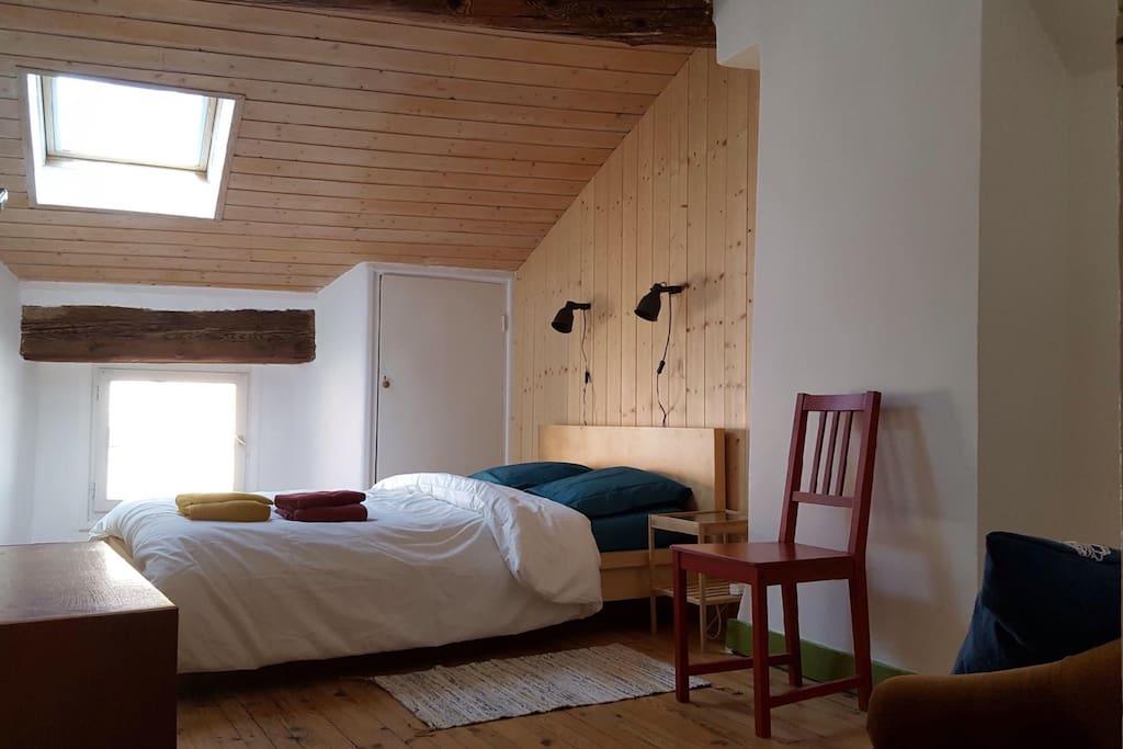 Chambre avec lit double literie neuve, drap en coton bio