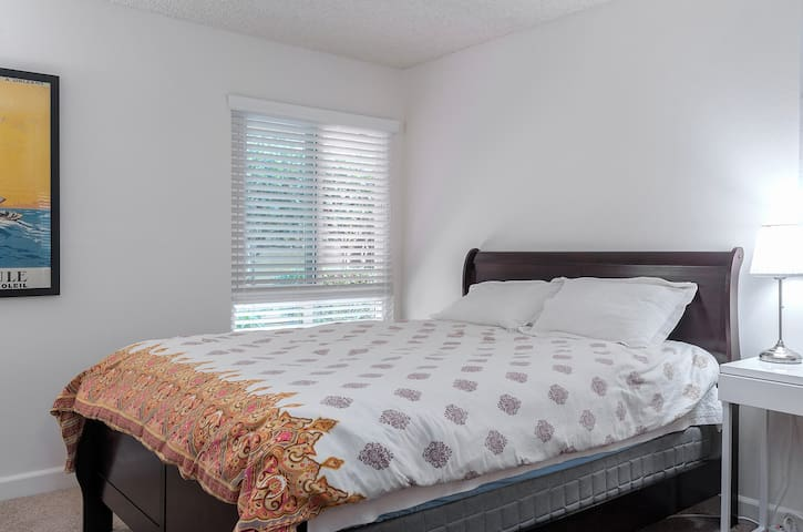 comfy queen bed with 4 pillows, five star hotel quality bedding, and soft beautiful and peaceful comforter for restful stays.