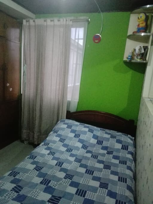 Habitación Con Cama Sencilla, Armario de Ropa, Ventana para luz Natural durante el día.