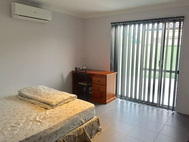 Thornlie Comfy King Bedroom with Ensuite - Thornlie - Casa