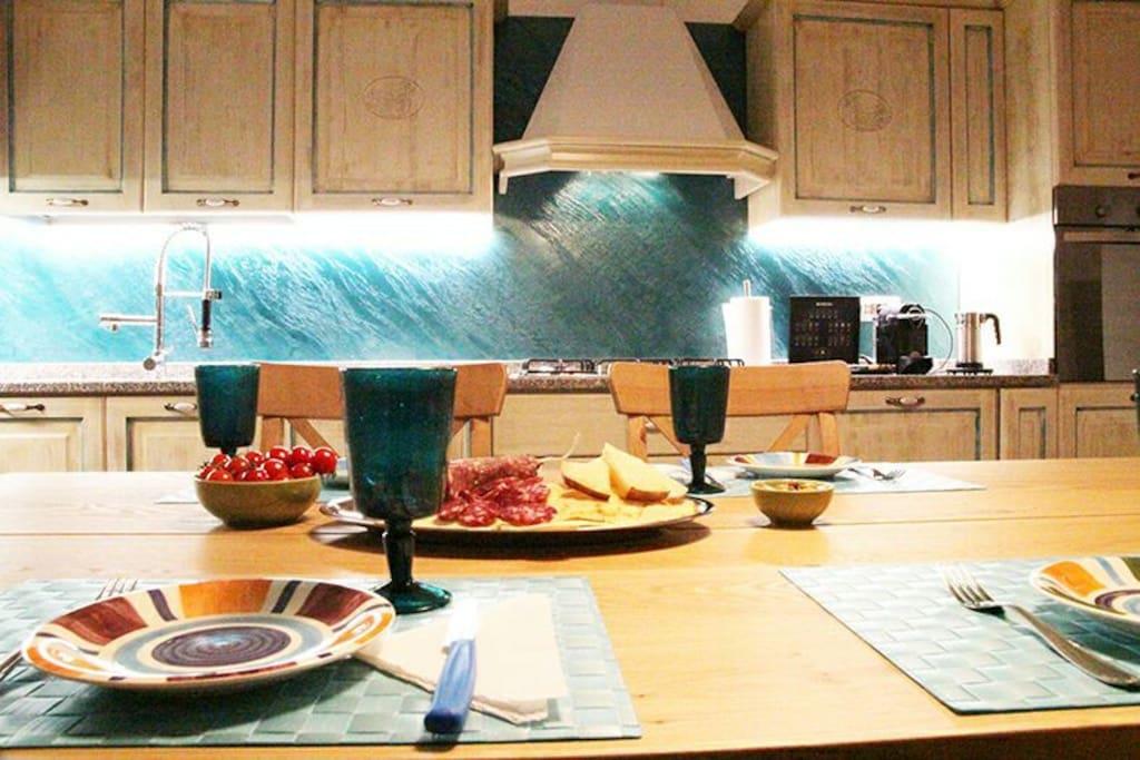 Cucina in perfetto stile sardo, pratica ed accessoriata