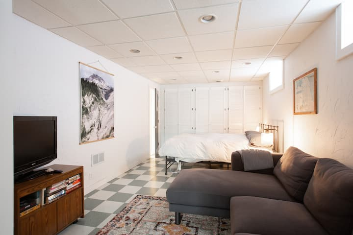 Garden Suite: private entrance, garage, fireplace