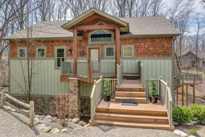 4 Bedroom Wooded Lake Retreat - POOL and HOT TUB!