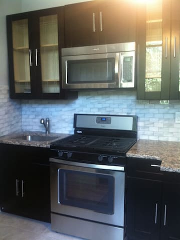 Sleek centrally located spacious AND economical - Jersey City - Apartment